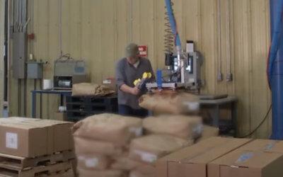 Przenoszenie worków na paletę wysyłkową