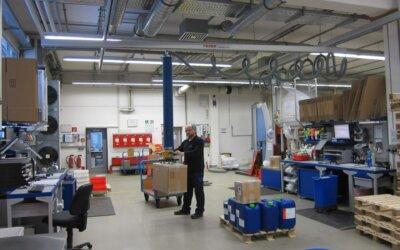Przenoszenie kartonów w centrum logistycznym